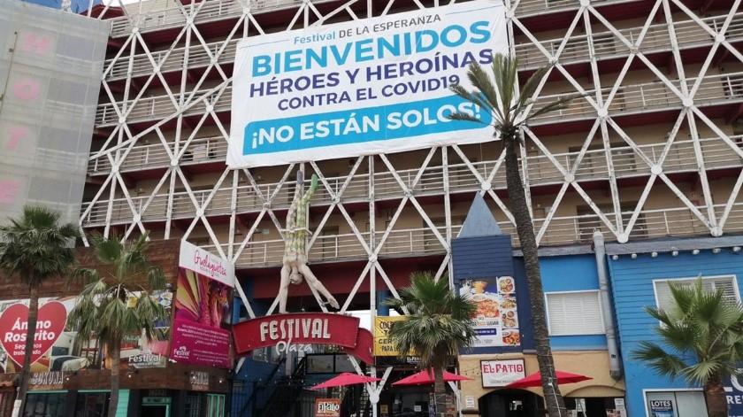 """Del hotel que se ubica en la Zona Centro de Rosarito, cuelga una gigantesca manta con la leyenda """"Bienvenidos Héroes y Heroínas contra el Covid-19 ¡No están solos!(Carmen Gutiérrez)"""