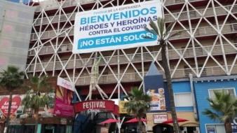 """Del hotel que se ubica en la Zona Centro de Rosarito, cuelga una gigantesca manta con la leyenda """"Bienvenidos Héroes y Heroínas contra el Covid-19 ¡No están solos!"""