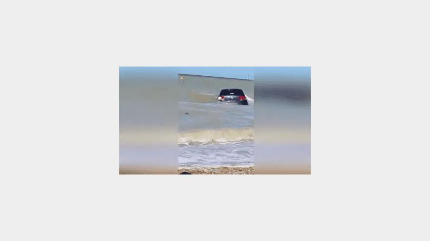 Intenta salvar su carro después de ser arrastrado por la marea(Tomada de la red)