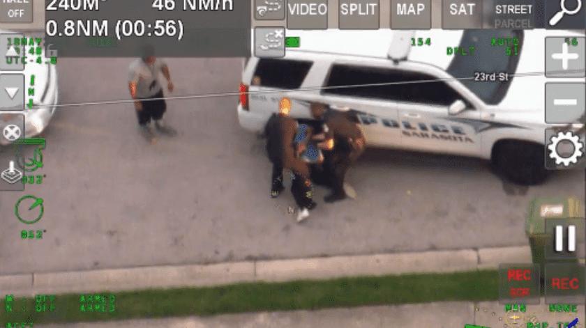 En la grabaciónde casi 90 segundos tomado por un espectador durante el incidente, se puede ver a tres oficiales que intentan detener a un individuo masculino.