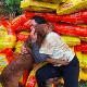 Donan comida para perro y recibe tierno abrazo