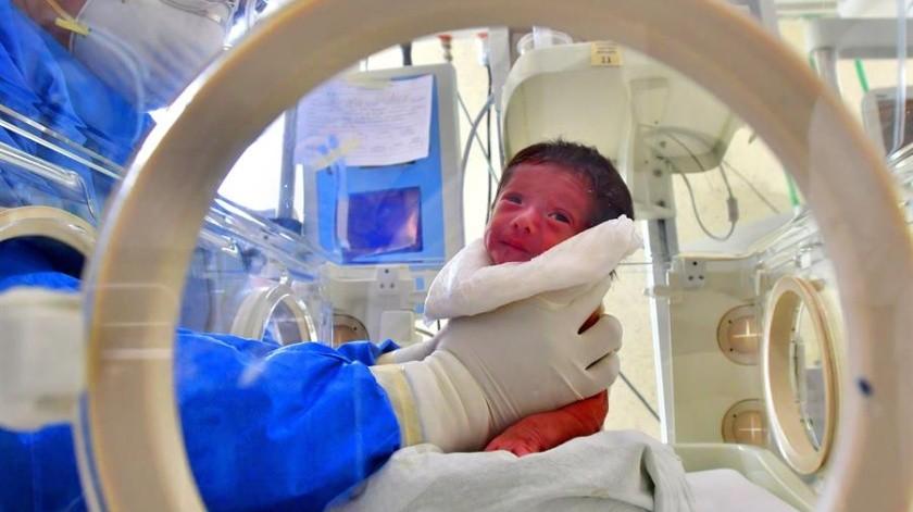 Un integrante del personal de salud atiende a un recién nacido con sospecha de la Covid-19 el 3 de junio de 2020, en el hospital materno perinatal Mónica Pretelini, en la ciudad de Toluca, Estado de México(EFE)