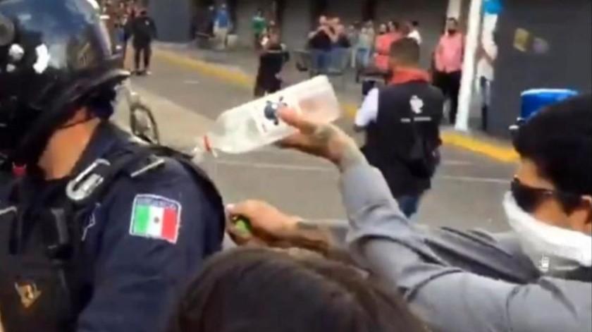 Buscan a quien prendió fuego a policía en protestas por Giovanni López(Captura de video)