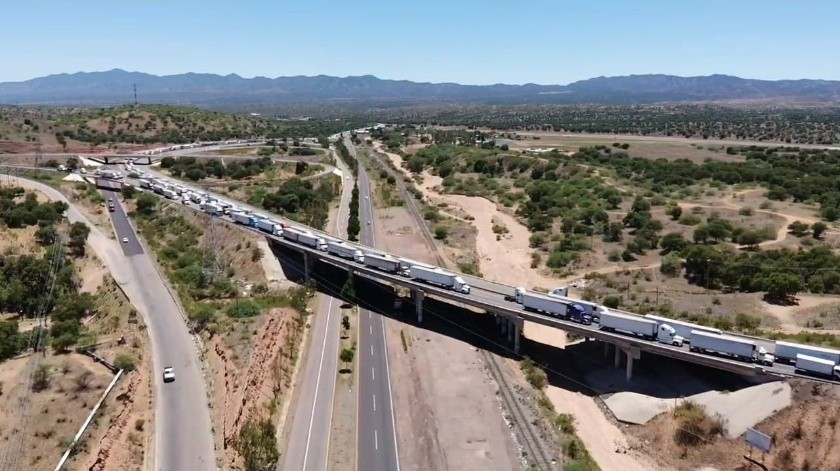 Falla en sistema de la Aduana de México provoca larga filas de trailers en Nogales(Rubén A. Ruiz)