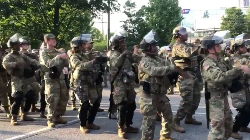 En Atlanta la Guardia Nacional baila 'La Macarena'(Tomada de la red)