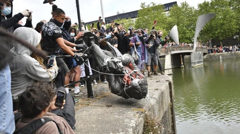 Derriban estatua de Edward Colston, comerciante de esclavos en protesta