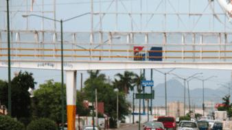Rescatan a hombre de puente peatonal en Hermosillo