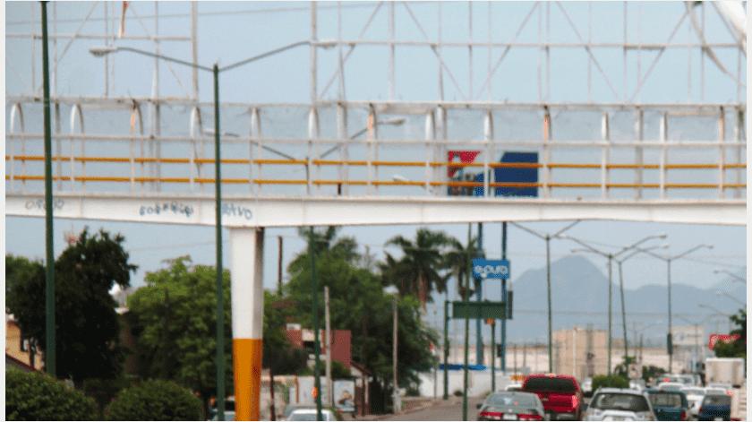 Un hombre que aparentemente intentaba arrojarse desde lo alto de un puente peatonal, al Sur de la ciudad, fue rescatado por personal de Bomberos de Hermosillo y Policía Municipal.(GH)
