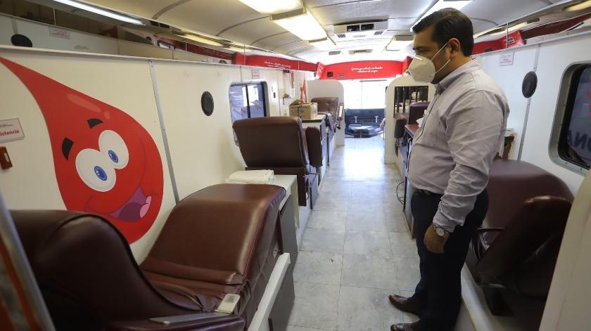 Por la avenida Niños Héroes esquina con Rosales, se instaló la unidad móvil para donar sangre para facilitar a los donadores todo el proceso.(Anahí Velásquez)