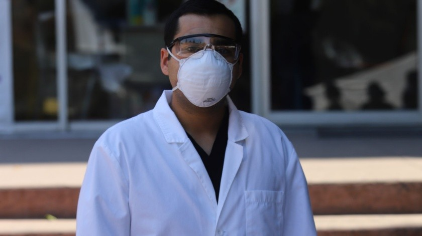 El médico, Alejandro Camacho atiende a los pacientes con Covid en el Hospital General.(Gustavo Suárez)