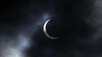 Los amantes de la astronomía de África, Asia y partes de Medio Oriente miraron al cielo este fin de semana para presenciar un eclipse solar parcial.