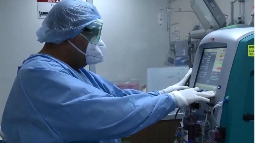Personal médico supervisa el equipo dentro de una sala de Covid.(Banco Digital)