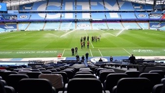 ¡Indignante! Avioneta sobrevuela en partido de Premier League con cartel