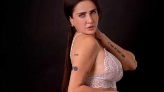 Celia Lora lució su escultural figura y presumió sus tatuajes en sensual pose.