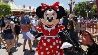 El icónico personaje de Minnie Mouse saluda a los visitantes en el parque Disneyland.