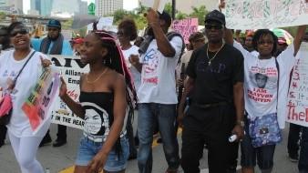 Ex policía acusado por poner su rodilla sobre el cuello de mujer afroamericana