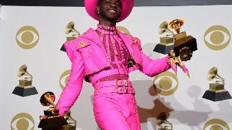 Lil Nas X posa en la sala de prensa con los premios a mejor video musical y mejor interpretación pop de un dúo o grupo por