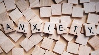 También los expertos sugieren dejar de fumar o beber porque esto también incrementa aun más la ansiedad.