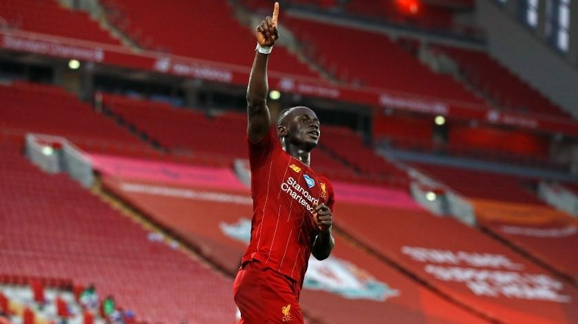 El delantero senegalés Sadio Mané del Liverpool tras anotar un gol ante Crystal Palace en un partido de la Liga Premier inglesa, el miércoles 24 de junio de 2020.(AP, Pool Reuters)