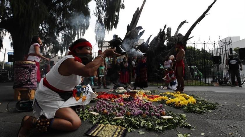 Danzantes realizan rituales y danzas frente al Árbol de la Noche triste este martes en Ciudad de México.(EFE)