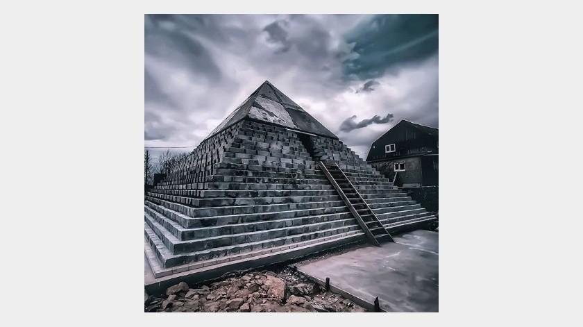 Hacen replica de pirámide de Guiza en su patio(Tomada de la red)