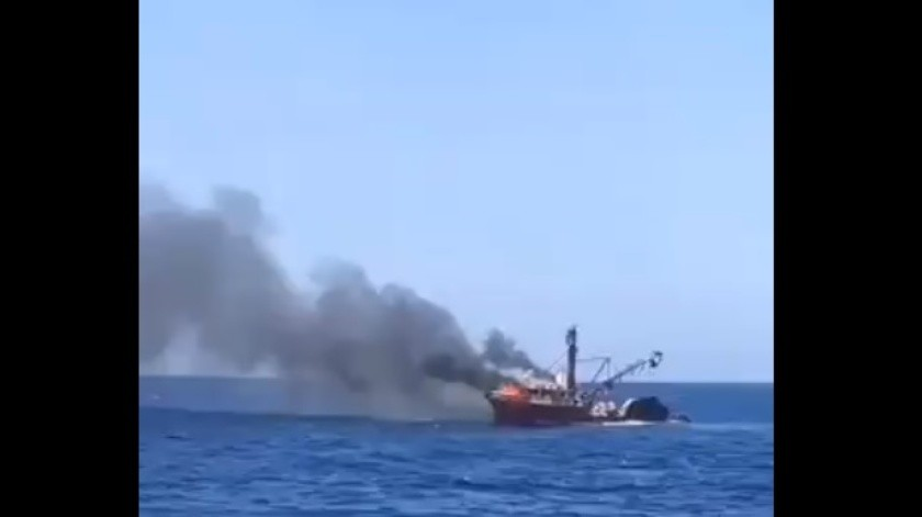 Se incendia barco sardinero de Guaymas en Isla San Pedro Martir; la Semar rescata a tripulantes(Captura de pantalla)