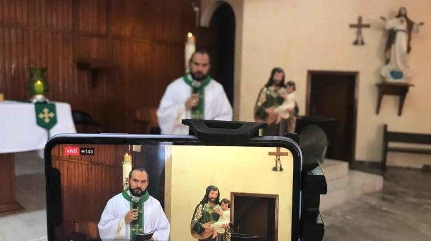 El padre Isaac Martínez oficia misa para sus fieles días de manera virtual.(Mayra Echeverría)