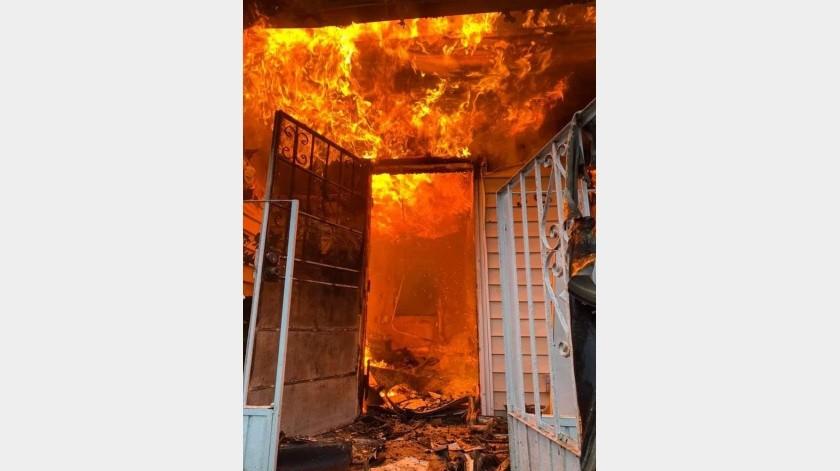 El incendio se registró la madrugada de este miércoles en la privada Sevilla y Toledo.(Cortesía)
