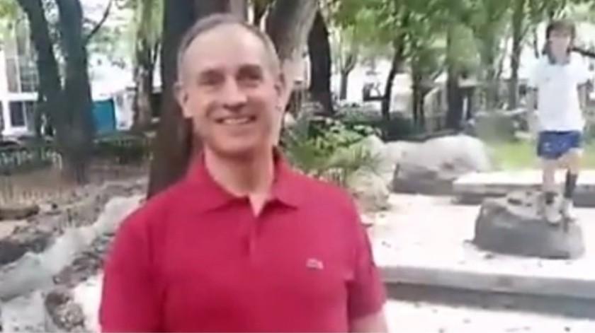 Captan a Hugo López-Gatell paseando sin cubrebocas en un parque(Captura de pantalla)