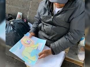 Señor vende dibujos para sobrevivir, se vuelve viral y lo ayudan