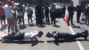 VIDEO: En reto de lagartijas policía y manifestante se enfrentan en Zócalo de la CDMX