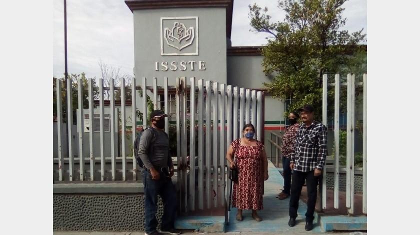 Usuarios del Issste en Álamos aseguran que hacen largos recorridos desde sus comunidades por medicamento y atención pero encuentran la clínica cerrada.