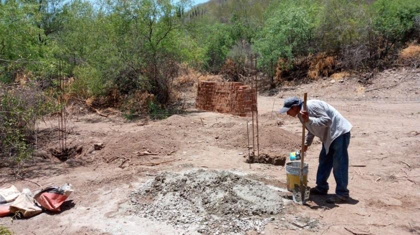 En el monte en la comisaria de Tesia construyen una casa para don Ramón, pero se requiere ayuda.(Especial)