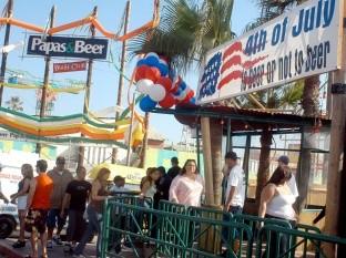 Decenas de estadounidenses acuden al famoso bar en esta festividad.