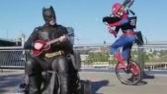Duelo musical entre superhéroes