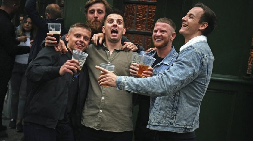 Desnudos y borrachos: así fue la reapertura de pubs ingleses