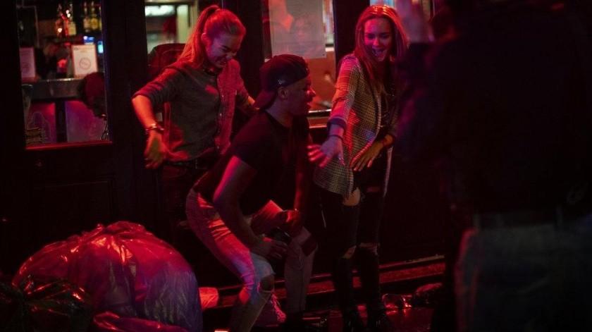 Desnudos y borrachos: así fue la reapertura de pubs ingleses(AP)