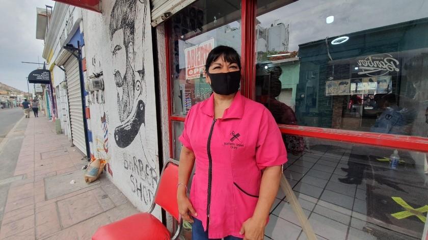 Clarisa colocó un tapete sanitizante afuera, tiene gel antibacterial y desinfecta cada hora su local.(Gamaliel González)
