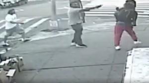 VIDEO: Sujeto dispara con un arma de fuego a un joven y a una mujer en Nueva York