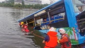 China: Autobús escolar cae a lago; mueren 21 personas