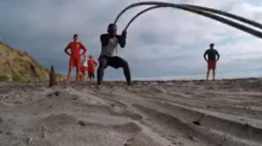 Los rescatistas entrenan para cuando se levante la prohibición de ingresar a las playas.(Cortesía Facebook)