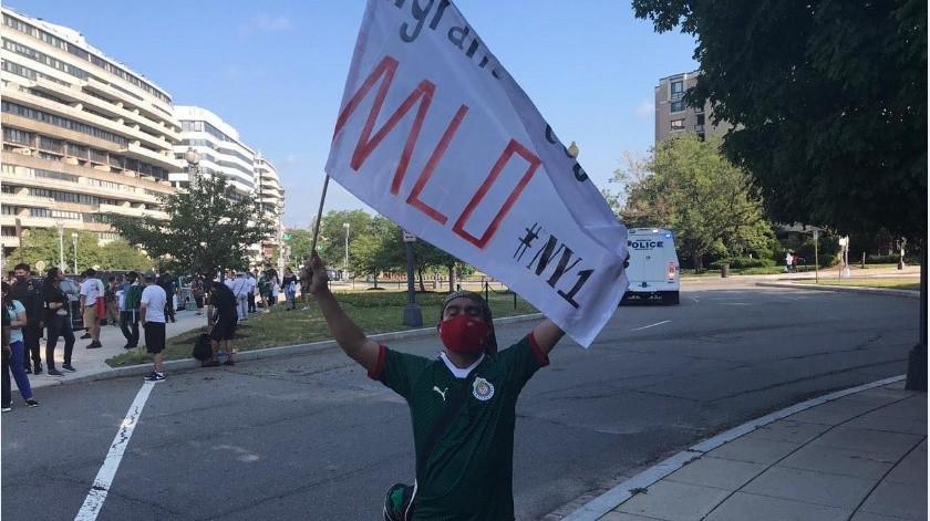 Un hombre con una playera del equipo de México apoya a AMLO desde Washington.(Angel González, corresponsal de Grupo Helay.)