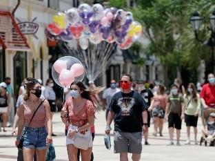 Visitantes usan mascarillas de forma obligatoria a causa del coronavirus durante un recorrido por el complejo de tiendas, restaurantes y centros de entretenimiento Disney Springs en Lake Buena Vista, Florida.