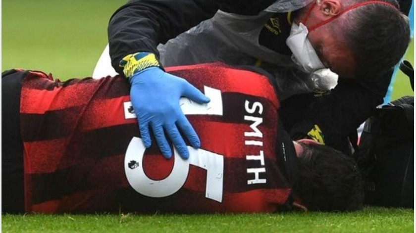 Tras brutal choque y pelotazo jugador de Bournemouth sale inconsciente vs Tottenham(Captura de video)