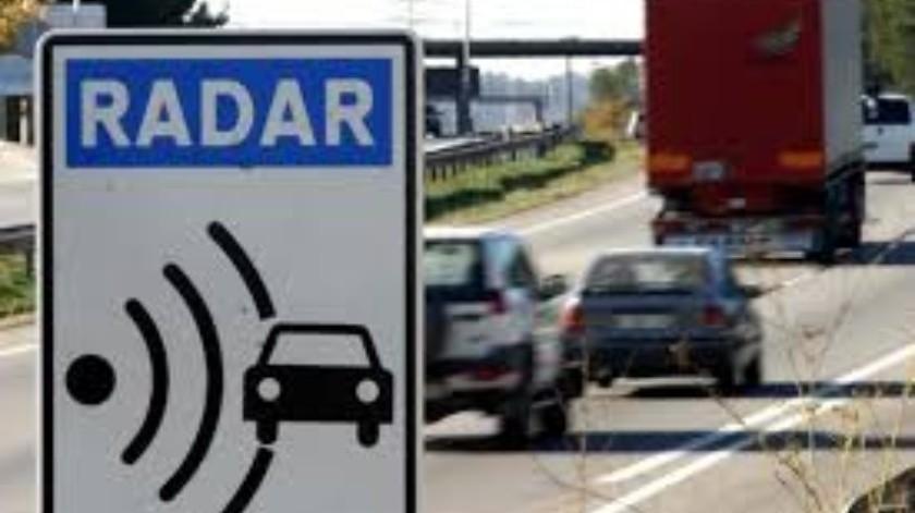 Multan a una mujer por conducir a más de 700 km/h con un sedán económico(Tomada de la red)