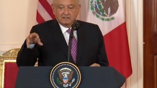El presidente López Obrador manifestó que haber viajado en Washington no significa que vaya a cambiar la política que ha fijado su gobierno en materia exterior.