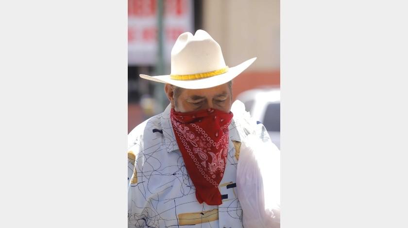 Si por alguna razón no tiene un cubrebocas, las autoridades señalan que pueden utilizarse los de tela, de preferencia, con doble capa.(Julián Ortega)