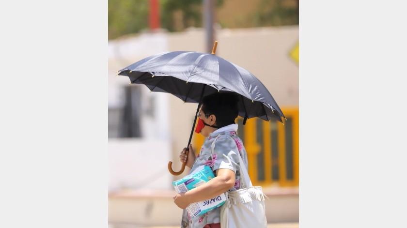 Además de protegerse del Sol, por las altas temperaturas que se han registrado en los últimos días, también va bien protegida con su cubrebocas.(Julián Ortega)