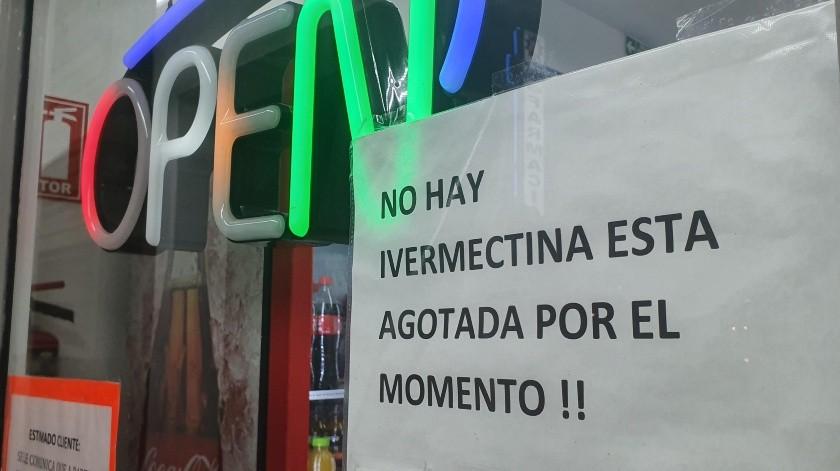 Anuncios en las farmacias donde se notifica la escasez del medicamento ivermectina.(Eleazar Escobar)