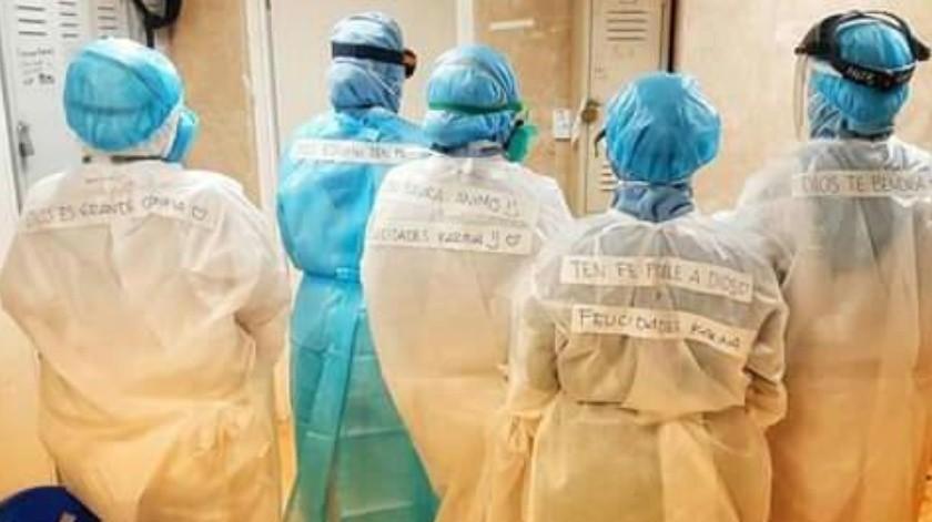 Los héroes con bata del IMSS en Guaymas motivan a los pacientes Covid con mensajes de aliento en sus trajes especiales(Especial)